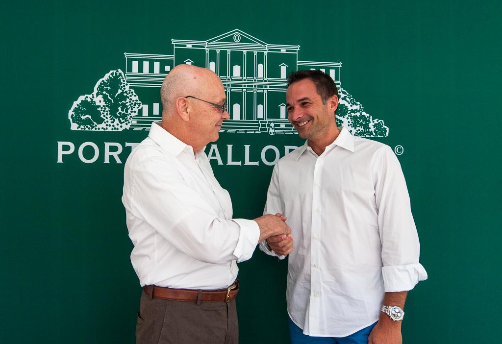 Porta Mallorquina und Porta Mondial Gründer Joachim Semrau (li.) gratuliert Stefan Suter, Franchisepartner Mallorca Nordost zu dem neuen Shop in Artà.